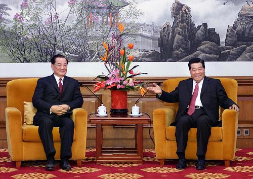 2月26日,全国政协主席贾庆林在北京钓鱼台国宾馆会见中国国民党荣誉主席连战及台湾各界人士访问团全体成员。新华社记者 李涛 摄