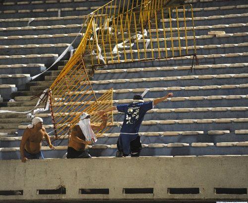 南美解放者杯现球迷骚乱 幸未发生流血事件