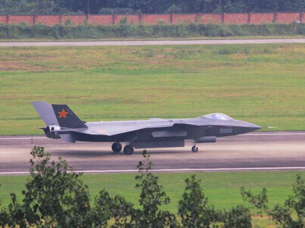 正在进行高速滑跑测试的2002号歼-20战斗机,在这次的滑跑测试中歼-20打开了所有的内置武器舱。