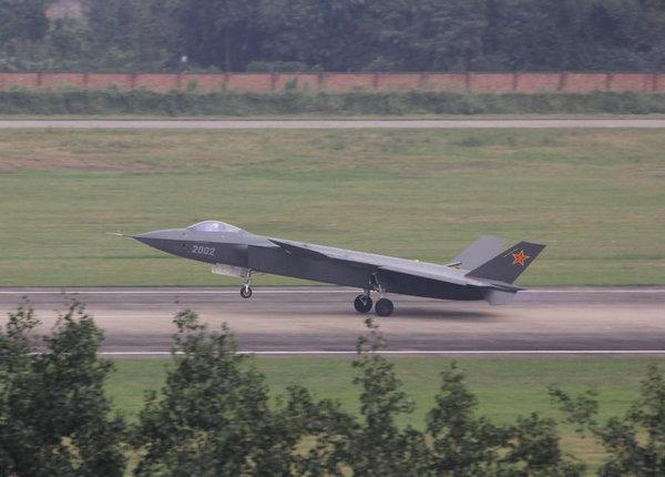 正在进行高速滑跑测试的2002号歼-20战斗机,在这次的滑跑测试中歼-20打开了所有的内置武器舱