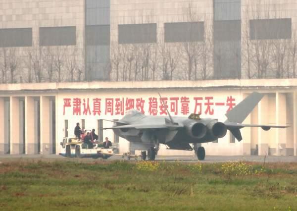 歼-20的机腹弹舱结构大致类似于F-22。