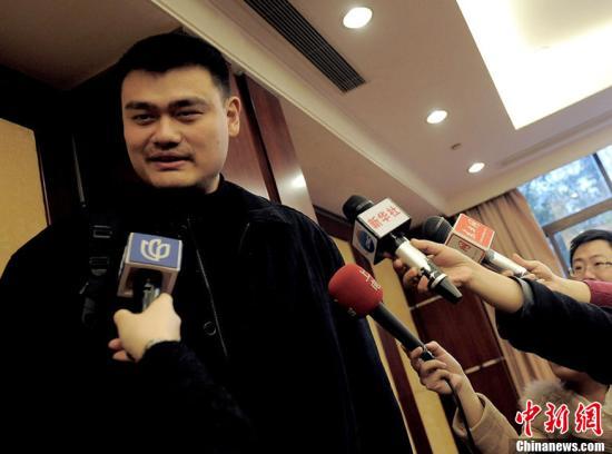2013年2月27日,上海,姚明亮相上海,他将作为在沪全国政协委员新委员今日启程赴京参加即将举行的全国两会。CFP视觉中国