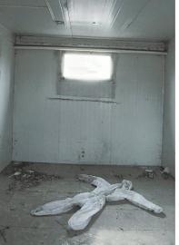 2013年2月5日,北京小汤山非典医院遗址一处未被拆除的板房内,遗弃的防护服仍会让人想起2003年的抗击非典大战。 图据《东方早报》