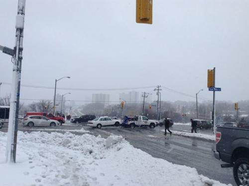 袭美/不断的雨雪让多伦多城市交通严重受阻
