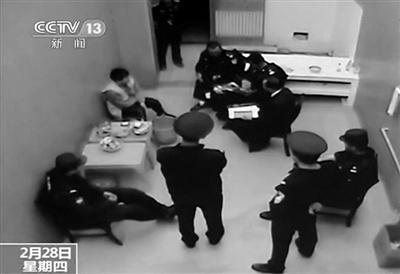 昨日,监所内,有8名民警和一名翻译在不停地和糯康聊天。央视截图