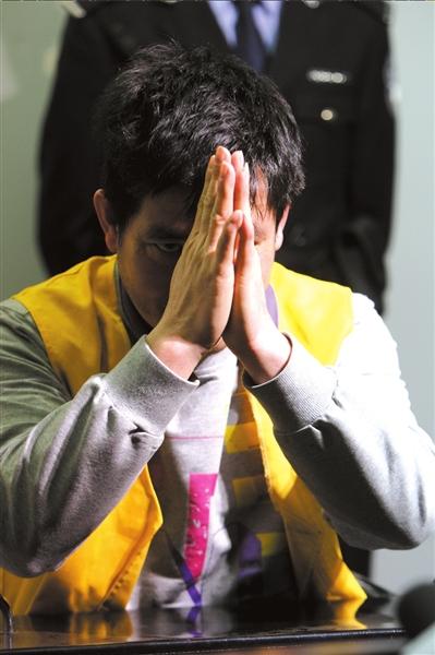 糯康在得知中国最高人民法院对他的死刑复核裁定后,举起双手,恳求中国政府宽恕。