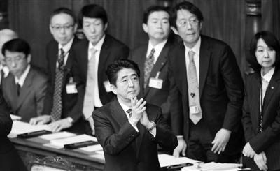 2月28日,日本首相安倍晋三(中)在国会鼓掌。他当天说,希望与中韩重新交好。