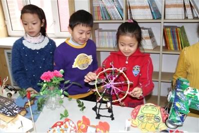学生们展示自己制作的手工艺品