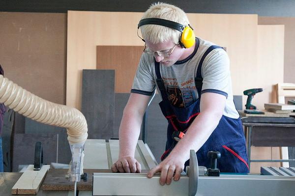 因为拥有一技之长的人社会地位高、收入佳,许多欧洲年轻人都选择接受技职教育。