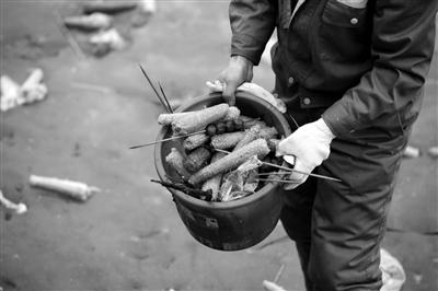 昨天,环卫工人共清理出一万多根吃过的玉米芯。