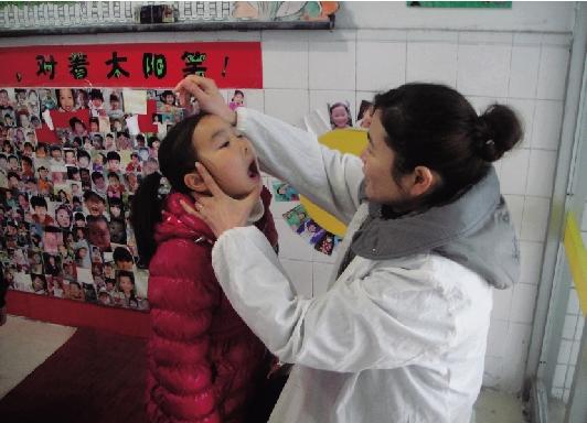 开学第一天,为避免流感等传染性疾病在园内传播,梅园幼儿园积极开展幼儿晨检工作,把好安全第一关。 小朋友们入园后,自觉排队等候园医的检查。检查内容包括口腔内有无溃疡,手、足有无红疹,体温是否升高等。 沈关忠 摄