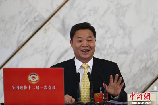 3月2日16时30分,全国政协十二届一次会议新闻发布会在北京人民大会堂举行,大会新任新闻发言人吕新华首次亮相,并向中外媒体介绍本次大会有关情况并回答记者提问。中新社发 盛佳鹏 摄
