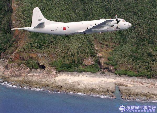 日本海上自卫队P-3C侦察机飞越钓鱼岛。