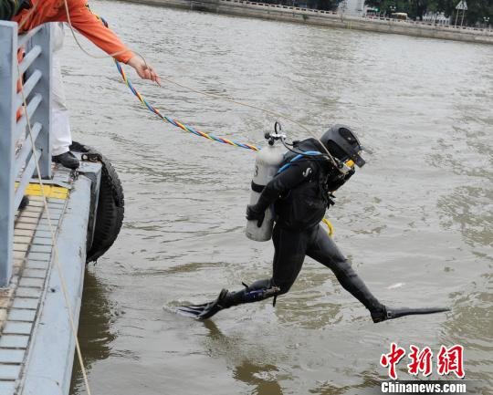 潜水人员下水搜救。 康乐 摄