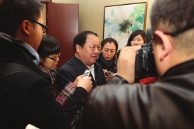 3月2日,全国政协委员、国家工商总局局长周伯华接受媒体记者的采访。图/记者殷建军