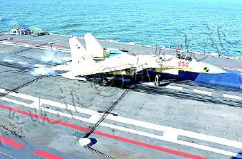 """歼―15飞机在""""辽宁舰""""上着舰的瞬间。(资料片)"""