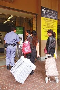 限制奶粉出境的条例实施已2日,图为上水站外情况。香港《大公报》