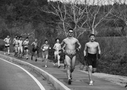 """""""光猪跑""""成员们在零下5℃的低温中衣着单薄地健步如飞。记者孟楠摄"""