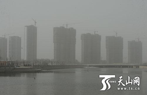 笼罩新疆库尔勒市上空的沙尘