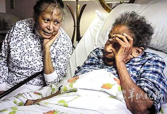 美国106岁老人苦等近90年收到高中毕业证(图v老人高中化学实验图片