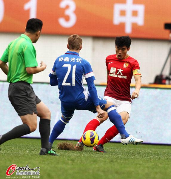 中国超级杯图:舜天2-1恒大 郑智起脚传球