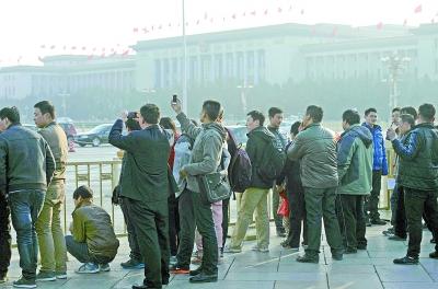 不少游客在天安门前关注政协会议的召开。本报特派记者周国强 北京数码传真