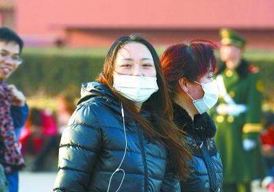 昨天,北京街头走过戴口罩的游客。本报特派记者周国强 北京数码传真