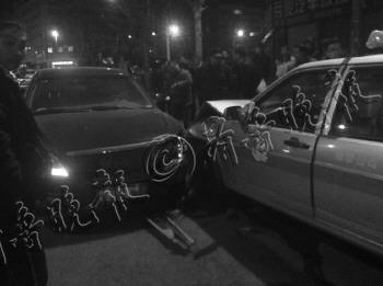 雪佛兰深夜撞翻出租车逃逸过路司机无证驾驶心