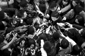 3月3日,中国人民政治协商会议第十二届全国委员会第一次会议在北京人民大会堂开幕。这是开幕会后,全国政协委员崔永元被团团围住接受提问。图/新华社
