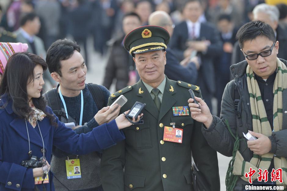 赵本山两会手机型号_图说两会:赵本山陈道明等明星委员遭围观(图)-搜狐大连