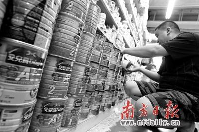 """""""拖粉族""""各出奇招应对香港奶粉限购。周游 摄"""