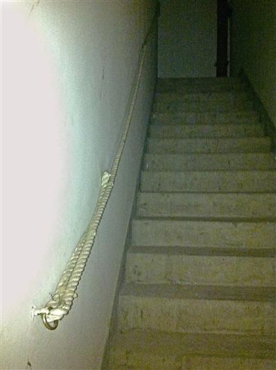 """图为市区石坦大厦小区一住宅楼疏散楼梯内设置的""""麻绳扶手""""."""