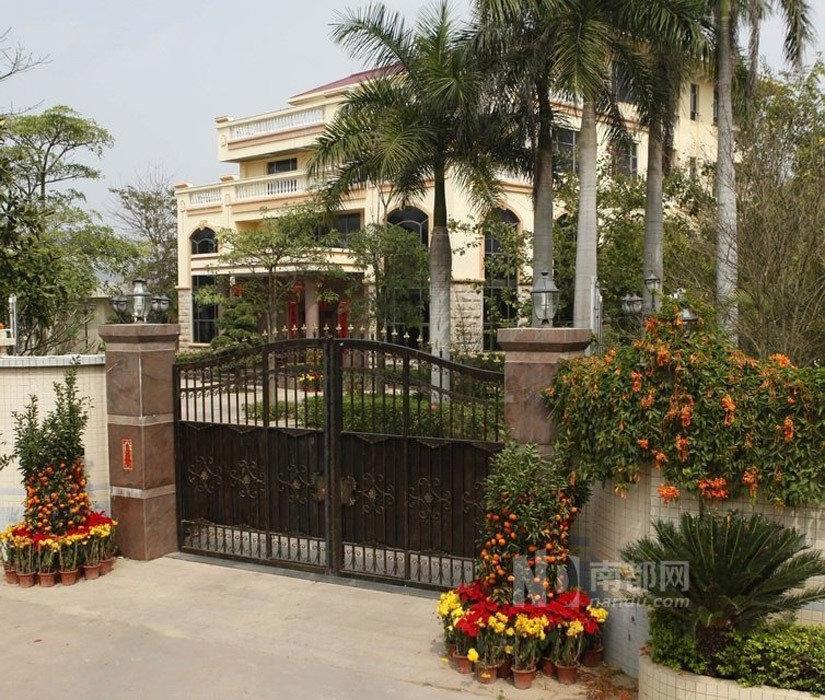 记者了解到该别墅的院子及一块菜地,邻近另一处房产共7亩.