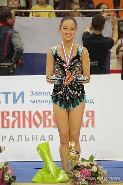 图文:国际艺术体操大奖赛 孙妍在在领奖台上