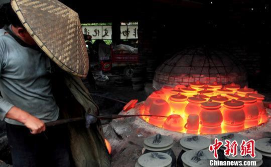 国家级非物质文化遗产朱氏砂器制作工序。陶雄辉 摄