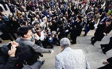 赵本山参加两会_赵本山两会遭围堵 对记者深鞠躬(组图)-搜狐娱乐