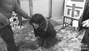 失踪婴儿的母亲跪求帮助