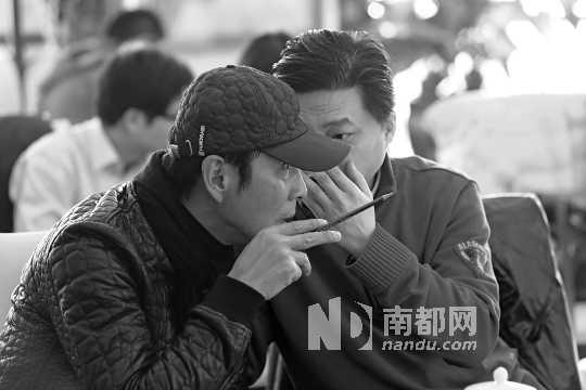 陈道明与崔永元在会上不时小声嘀咕讨论。南都记者徐艳摄