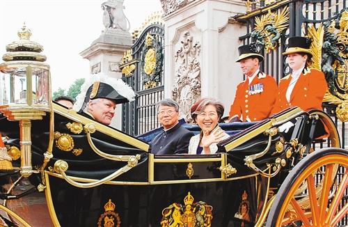 2007年 6月12日,中国新任驻英国大使傅莹向英国女王伊丽莎白二世递交国书后,乘坐传统的英国王室马车离开白金汉宫。