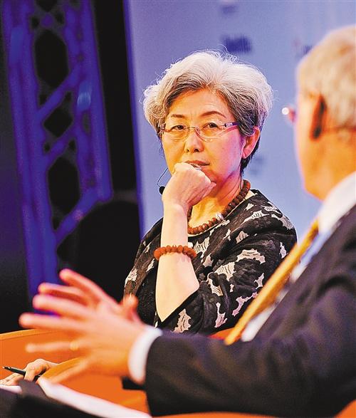 """2011年 3月25日,中国外交部副部长傅莹出席比利时布鲁塞尔论坛以""""中国崛起""""为议题的高峰讨论。"""