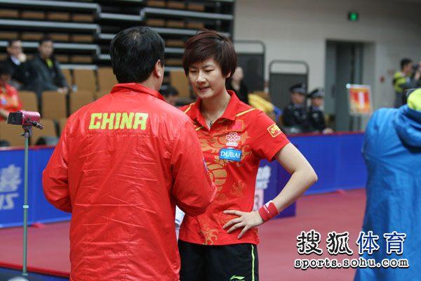 图文:[直通巴黎]女乒选拔赛 丁宁接受场外指导