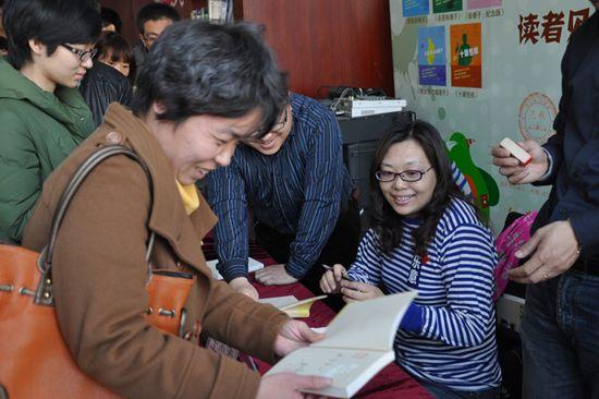 《越二越单纯》,王小柔著,人民文学出版社2013年1月出版,定价25元。