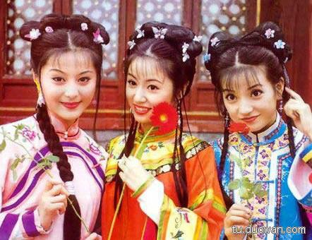当年的还珠,其火爆程度至今难有电视剧可以与之相比,《还珠格格》捧红的三位女星,赵薇林心如范冰冰这姐仨儿,也都很漂亮,当年青春无敌的他们,迷倒了无数人。