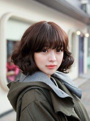 韩国可爱女生的短发发型,原来短款卷发也可以很性感呢,即使被风吹散了