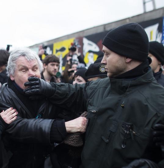 ...柏林墙旁边抗议拆除.   工程暂告停   柏林民众激烈反对拆除...