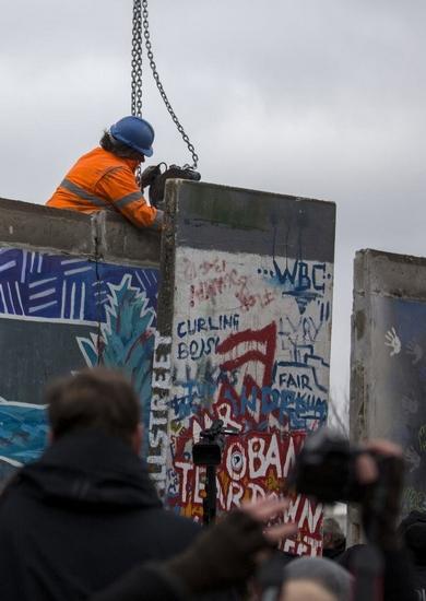 3月1日,一名工人正在拆除柏林墙