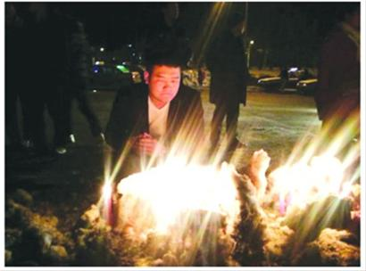 昨晚,众多长春市民自发在小皓博家门前进行悼念。