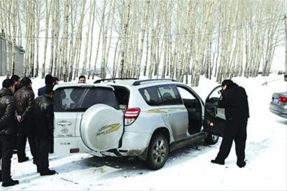 昨日,民警发现被盗的RAV4丰田越野车,并进行取证。