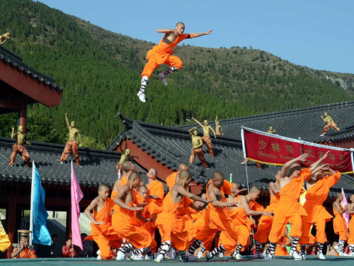 2012年10月22日,塔沟武校学员在第九届郑州国际少林武术节开幕式上表演轻功。