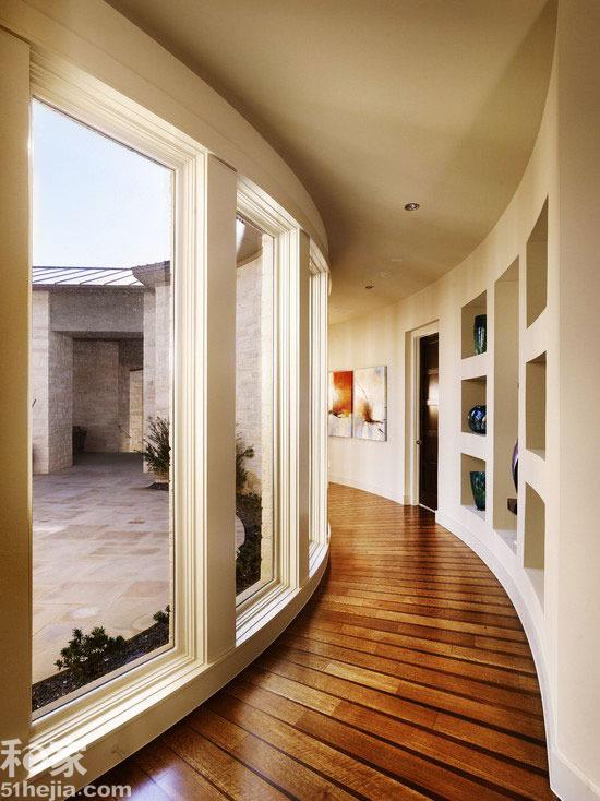 空间局限:   异形空间,外围弧形,内侧反正,设计难度指数偏高。   解决方案:   在空间中,弧形线条一般表示柔和的感觉,所以在颜色搭配上通常以暖的纯色调为主,这样配合起来,可以很好地诠释柔和的概念。白色的视野似远似近,收放自如的弹性随着设计者的思绪,勾勒立面玻璃窗的悬浮层次,而穿插期间的柔和灯光,往往带来无止尽的想像空间。顺应空间特点的弧线石砌浴缸,在空间里正中央旋开优美的抛物动线,配合吊顶位置跟形状,形成一气呵成的弧形空间效果。   为了圆满前后圆弧的呼应频率,卫浴间里花了大工夫的天花造型,以及